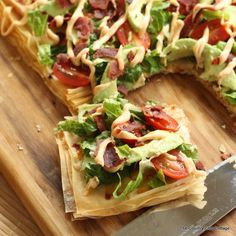 An amazing recipe for avocado blt pizza. This healthy pizza recipe will be loved by kids and adults. Add avocados, bacon, and more to a crispy crust.