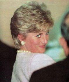MY big pearl earrings? Princess Diana Family, Princes Diana, Princess Kate, Princess Of Wales, Short Hair Cuts, Short Hair Styles, Funny Princess, Diana Williams, Isabel Ii