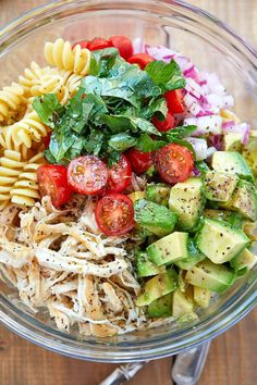 Healthy Chicken Pasta Salad - - Packed with flavor, protein and veggies! This healthy chicken pasta salad is loaded with tomatoes, avocado. abendessen Healthy Chicken Pasta Salad with Avocado, Tomato, and Basil  Best Salad Recipes, Good Healthy Recipes, Easy Healthy Lunch Ideas, Lunch Ideas Work, Healthy Dishes, Health Recipes, Avocado Salad Recipes, Cold Lunch Ideas, Pasta With Avocado