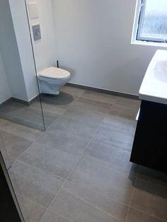 Stort badeværelse renoveret i Albertslund - Se alle 17 billeder af resultatet! Bathroom Renovations, Tile Floor, Toilet, Flooring, House, Blog, Handmade, Flush Toilet, Hand Made