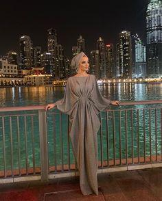На данном изображении может находиться: 2 человека, люди стоят, ночь и на улице Abaya Fashion, Muslim Fashion, Modest Fashion, Fashion Dresses, Hijab Dress Party, Hijab Style Dress, Modest Wedding Dresses, Modest Outfits, Mode Abaya