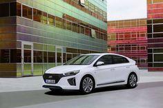 Hyundai IONIQ: la sostenibilità si fa in tre  Viene presentata come un'auto curata e ad alta efficienza, con la particolarità di proporre scelte differenti in fatto di impatto sull'ambiente. In effetti Hyundai IONIQ può disporre di tre diverse motorizzazioni a basse o zero emissioni, ovvero IONIQ ibrida, IONIQ plug-in e IONIQ e...