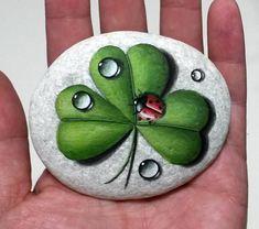 Stone schilderij rood lieveheersbeestje op groene klaver met regendruppels! Is geschilderd op een soepele zee steen die ik heb verzameld van een strand op een Grieks eiland. Is beschilderd met fine-art kwaliteit acryl kleuren en zeer kleine borstels voor het detail, is ondertekend op