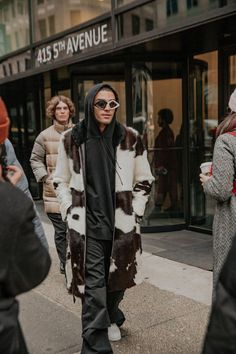 The Very Best Street Style Looks From New York Fashion Week 2019 New Yorker Street Style, New York Style, Fashion Wear, Fashion Tips, Fashion Design, Plain Shirts, Koh Tao, Dress For Success, Street Style Looks