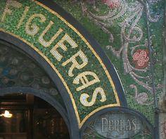 Modernismo an den Ramblas - Mosaik am Eingang der Antigua Casa Figueras, Barcelona - See more at: http://www.claudoscope.eu/