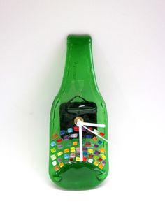 MINI Garrafa relógio  Parede  verde / detalhes coloridos  ponteiros brancos  8  x  15cm  RECICLAGEM COM ARTE R$24,00