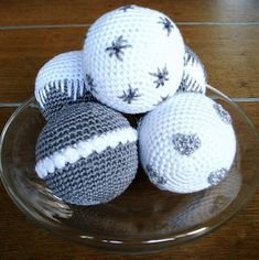 Bit of Color: november 2012 Crochet Christmas Decorations, Crochet Ornaments, Christmas Crochet Patterns, Holiday Crochet, Christmas Knitting, Crochet Patterns Amigurumi, Crochet Ball, Crochet Diy, Crochet Home