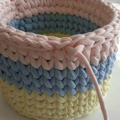 ― Ateliê Pontos e Fiosさん( 「Fuçando no IG achei essa dica maravilhosa, muita gente me pergunta como finalizo o cesto. Crochet Basket Tutorial, Crochet Basket Pattern, Knit Basket, Granny Square Crochet Pattern, Crochet Round, Tunisian Crochet, Crochet Home, Learn To Crochet, Knit Crochet