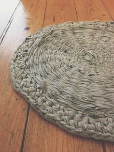 Frugal Living DIY Home Decor: 6 Accessories from Upcycled Old Clothes. Rag rugs and more. Home Decor Furniture, Diy Home Decor, Rag Rug Tutorial, Chiffon, Arts And Crafts, Diy Crafts, Fabric Yarn, Old Clothes, Rug Making