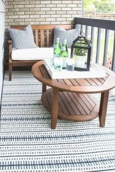 Comment décorer un petit patio - quelques beaux accessoires suffisent! Budget Patio, Patio Diy, Rustic Patio, Wood Patio, Patio Ideas, Balcony Ideas, Tiny Balcony, Small Balconies, Balcony Garden