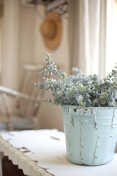 French country style decoration idea. We love this vintage tin pot for party centerpieces and flower arrangements.