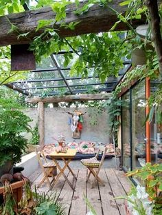 Aménagez votre terrasse et profitez du plein air ! Sous une pergola, des canisses, terrasse en bois ou aménagement de terrasse avec petit jardin zen, jardinière exotique, salon de jardin en bois façon cabanon... Dès qu'il s'agit de mettre le nez sur la terrasse, nos idées d'aménagement extérieur fus