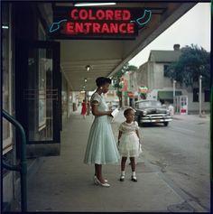 """Fotógrafo e cineasta Gordon Parks (1912-2006) documentou separação entre pessoas negras e brancas no Alabama em 1956. No Alabama dos anos 50, neon indica """"entrada para pessoas negras""""."""