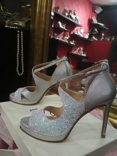 Χειροποίητα Νυφικά ή βραδινά παπούτσια σε ασημί ιριδίζον δέρμα και Glitter ιριδίζον Stiletto Heels, Silver, Handmade, Beauty, Shoes, Fashion, Moda, Hand Made, Zapatos