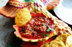 Restaurant style salsa! I make this with canned fire roasted tomatoes instead, only 1 can rotel, and more sugar. Awesome and easy! You will never buy jar salsa again! Pioneer Woman Salsa, Pioneer Woman Recipes, Pioneer Women, Restaurant Style Salsa, Cooking Restaurant, Grub Restaurant, Quick Restaurant, Salsa Dulce, Homemade Salsa