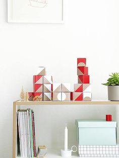Adventskalender aus Origami Boxen | SNUG.BOXES snug-studio bei DaWanda | Das Box-Set besteht aus roten und weißen würfelförmigen Schachteln zum Befüllen. Die 6 Flächen der Schachteln sind mit geometrischen Formen bedruckt, sodass Du beim Aufeinanderstellen der Adventskalender-Boxen ganz unterschiedliche Muster und Motive entstehen lassen kannst!