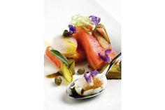 Deja con la boca abierta a tus comensales preparándoles una receta sencilla y apetitosa: salmón ahumado con salsa tártara.