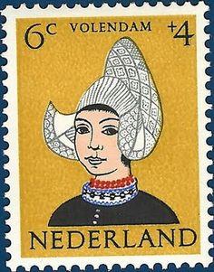 Postzegel Nederland 1960, Kinderpostzegel, Klederdracht en hoofdtooi van een kind uit Volendam ontwerper:   Bieruma Oosting, Jeanne Adriana Johanna Wilhelmina #NoordHolland #Volendam