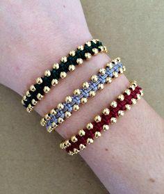 Esto es una pulsera muy elegante que luce encantadora en la muñeca. Puede usar por sí solo o combinarlo con un par de pulseras más. Usted puede elegir entre los siguientes colores: negro, azul, marrón, verde, beige, gris, Borgoña, rojo o rosa. La pulsera es ajustable para adaptarse a casi todo el mundo. La pulsera vendrá a usted muy bien dotado. También se puede encontrar la misma pulsera con plata perlas plateado aquí: https://www.etsy.com/listing/124384305/two-side-beaded-bracelet?
