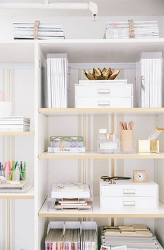 Home office shelf styling. Home Office Space, Home Office Design, Home Office Decor, Office Chic, Apartment Office, Office Ideas, Apartment Hacks, Apartment Makeover, Interior Office