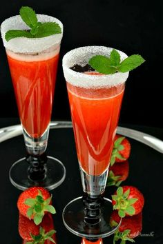 aperitif with prosecco and strawberries Cocktail Garnish, Cocktail Drinks, Cocktail Recipes, Non Alcoholic Cocktails, Popular Cocktails, Best Italian Recipes, Beautiful Fruits, In Vino Veritas, Vegetable Drinks