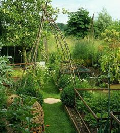 Can't beat make do and mend veg plot. Adore this. The essence of a cottage garden. Given me lots of inspo.. #vegetablepatch #cottagegarden vegetables #homegrown #freshfood #gardeninspo