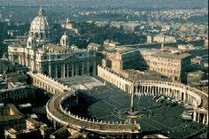 La basilique Saint Pierre de Rome fut commencée en 1656 par Le Bernin sous le règne d'Alexandre VII, la place fut achevée en 1667. Dans sa plus grande largeur, la place mesure 196m. Les deux bras de la colonnade sont composés chacun de 4 rangées de colonnes, surmontées de statues de saints et des blasons d'Alexandre VII.