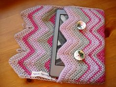 Crochet Phone Cover Lavender and Wild Rose: Crochet kindle case Crochet Tablet Cover, Crochet Wallet, Crochet Case, Crochet Purses, Crochet Gifts, Diy Crochet, Crochet Laptop Case, Chevrons Au Crochet, Capas Kindle