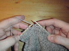 HÆLFELLING Her er ei oppskrift i tekst og bilder på hvordan man feller til hæl på lester. Diy And Crafts, Arts And Crafts, Fingerless Gloves, Arm Warmers, Knitted Hats, Crochet Earrings, Drop Earrings, Knitting, Blogging
