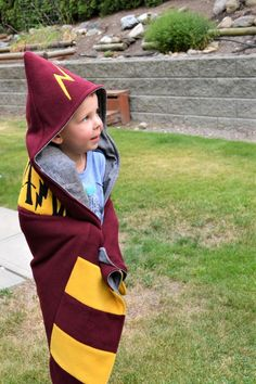 How to Make a Reversible Hooded Baby Blanket - Harry Potter Themed! - Making Things is Awesome Harry Potter Cape, Harry Potter Fabric, Harry Potter Dolls, Harry Potter Crochet, Harry Potter Quilt, Harry Potter Items, Harry Potter Outfits, Baby Blanket Crochet, Crochet Baby