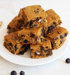 Pumpkin Protein Bars with blueberries, cranberries, and pecans! Super easy and healthy, but they don't taste like health food! #thegoldlininggirl #recipe
