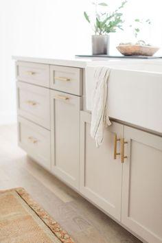 Diy Kitchen Storage, Diy Kitchen Cabinets, Kitchen Cabinet Colors, Home Decor Kitchen, Kitchen Interior, Home Kitchens, Painted Bathroom Cabinets, Shaker Style Cabinets, Light Grey Cabinets Kitchen