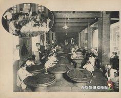 分享一張台灣 日本時代,茶葉加工情形的老照片。 左上角影像正在進行名為「GINKIE Flower Tea(花紅茶?)」品牌茶葉的包裝作業,不知道有沒有團友知道這個牌子呢?