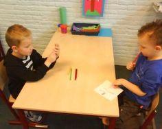 Leren samenwerken: Kind 1 kreeg een kaartje met een plaatje erop. Hij moest dit plaatje zo omschrijven dat kind 2 het kon natekenen. Hierbij leren ze dus goed naar elkaar luisteren en goede vragen bedenken.