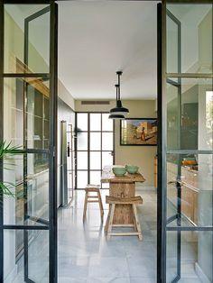 El paso a la cocina con grandes puertas de cristal