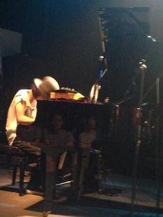 Schroeder-Headz でグランドピアノは初めてだった渡辺シュンスケさんのピアノの音は激しく荒いパフォーマンスの時も優しく壮大で圧巻だった。小さなハコなのにコンサートホールで聴いてるみたいに優雅だった。 @窓枠