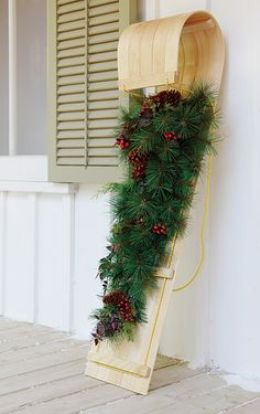 Old sleds make great Christmas decorations. #decor