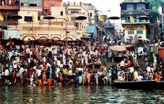 Escena diaria en el Ganges en la concurrida Varanasi...