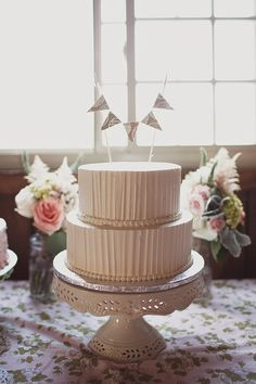 Look at this cake! Photographer Feature: Sweet outdoor wedding by Sarah Culver