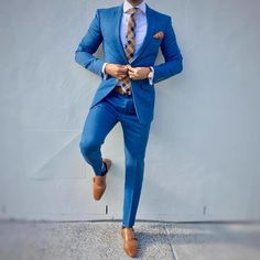 The pose, in the summer blue suit. Preppy Mens Fashion, Mens Fashion Suits, Men's Fashion, Fashion Sale, Fashion Quotes, Fashion Vintage, Fashion Outlet, Paris Fashion, Runway Fashion