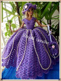 #Cléa 5 #Doll #Crochet #Vestido #Dress #Barbie #RaquelGaucha #Party #Festa #Muñeca #Chapéu #Hat Crochet Party Dresses, Crochet Doll Dress, Crochet Barbie Clothes, Knitted Dolls, Barbie Gowns, Barbie Dress, Barbie Doll, Barbie Wedding, Princesa Diana