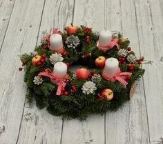 DIY-Adventskranz in Natur-Optik-Tischschmuck mit weißen Kerzen, Schleifen und Zieräpfeln