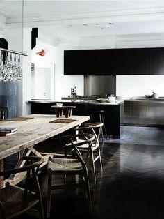 parquet noir dans la salle de sejour et table en bois massif