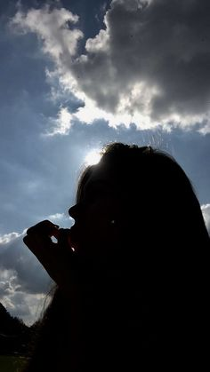 A girls silhouette the sun peeping out just behind her head Shadow Photography, Photography Poses Women, Tumblr Photography, Portrait Photography, Teen Girl Photography, Applis Photo, Fake Photo, Shadow Pictures, Profile Pictures Instagram