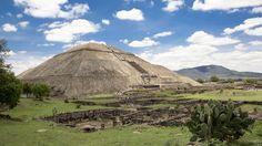 Geheimnisvolle Hochkulturen haben überall Mittel- und Südamerika ihre Spuren hinterlassen. Die präkolumbische Stadt Teotihuacan in der Nähe von Mexiko-Stadt entstand zwischen dem ersten und siebten Jahrhundert und ist geprägt von gewaltigen Bauwerken. Die riesige Sonnenpyramide bildet den Mittelpunkt der Stadt. Der Tempel des Quetzalcoatl sowie die Sonnen- und die Mondpyramide sind nach geometrischen und symbolischen Prinzipien gestaltet. Teotihuacan gilt als eines der mächtigsten…