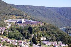 Dans les hauteurs de Revin (Ardennes), le lycée polyvalent Jean-Moulin accueille ses élèves dans ses nouveaux murs, conçus par l'agence d'architecture Duncan Lewis.