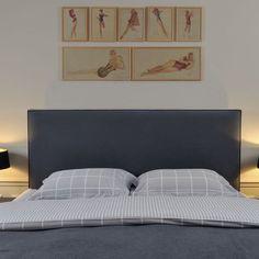 La tête de lit recouverte de tissu, et réalisée sur mesure, est surmontée d'une série de gravures pop des années 1960, représentant des pin-ups. Les petites tables de chevet ont été aussi chinées.