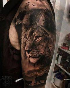 Retrato de león de estilo negro y gris situado en el brazo izquierdo.