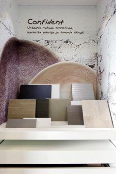 Sisustusmallisto Confident esillä Skanska Kotien Kotimyymälässä. Design-mallistojen avulla kotiin on helppo valita yhteensopivat, omaan sisustukseen sopivat materiaalit. Design, Design Comics