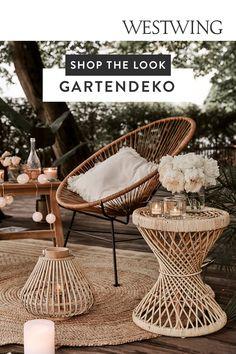 Gerade im Sommer ist unser Garten wie ein zweites Wohnzimmer. Daher sollte die Gartendeko, genau wie die Dekoration im Haus natürlich wunderhübsch aussehen und jeden Betrachter bezaubern. Gartendeko gibt es den verschiedensten Stilrichtungen, Form- und Farbgebungen. Laternen und Lampions finden an dicken Baumästen einen traumhaften Platz – genau wie Lichterketten auf dem Balkon./Westwing Interior Garten Deko dekorieren Ideen Gartengestaltung Tipps Ideen Dekoidee Outdoor Terrasse Balkon Boho… Wicker, Modern, Chair, Table, Furniture, Shop, Home Decor, Patio, Paper Lanterns